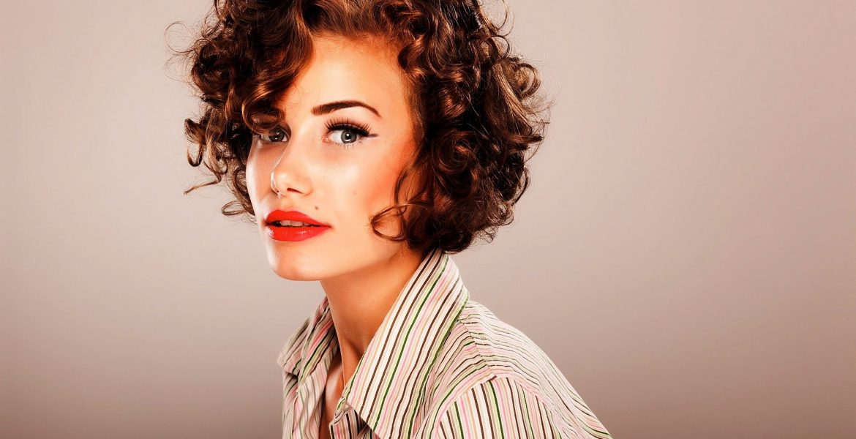 Coiffure femme cheveux boucles